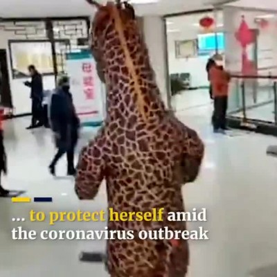 مراجعه زن چینی با لباس زرافهای به بیمارستان
