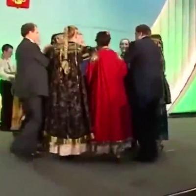(فیلم) رقصیدن پوتین و جورج بوش با زنان روس