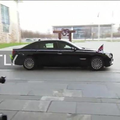 (فیلم) باز نشدن در ماشین بوریس جانسون در دیدار با مرکل