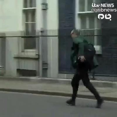 فیلم فرار مشاور نخست وزیر انگلیس پس از مثبت شدن تست کرونای جانسون